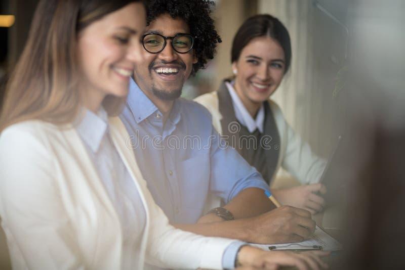 Dobra komunikacja między kolegami przy pracą jest znacząco zdjęcia stock