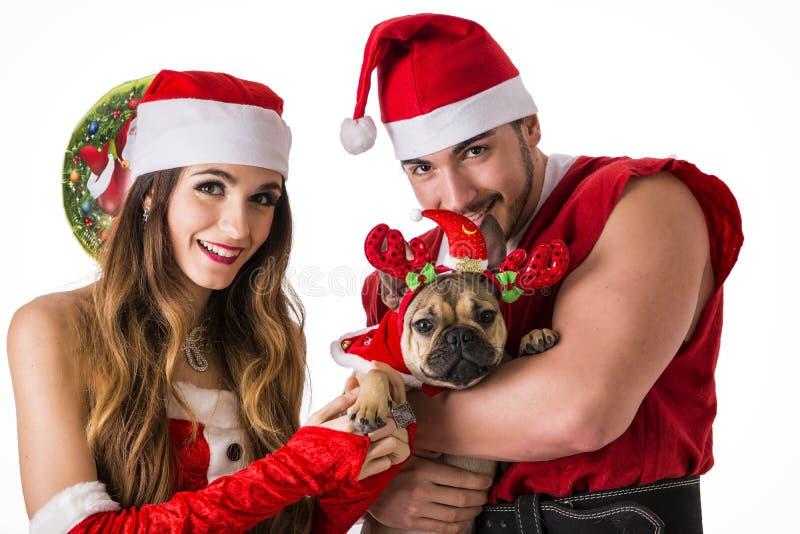 Dobra przyglądająca para w Święty Mikołaj kapeluszu z Bożenarodzeniowym prezentem obrazy stock