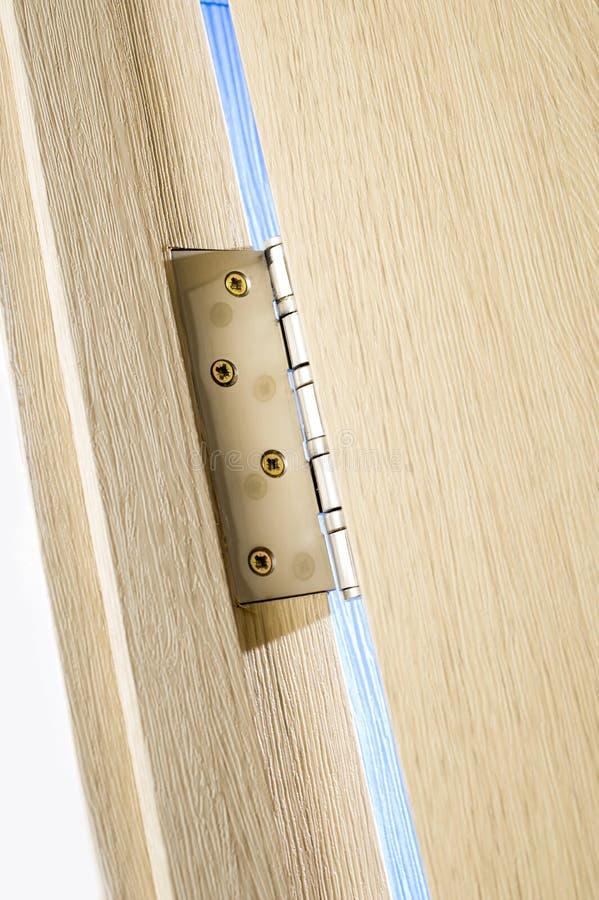 Dobradiça de porta do metal na porta de madeira imagem de stock royalty free