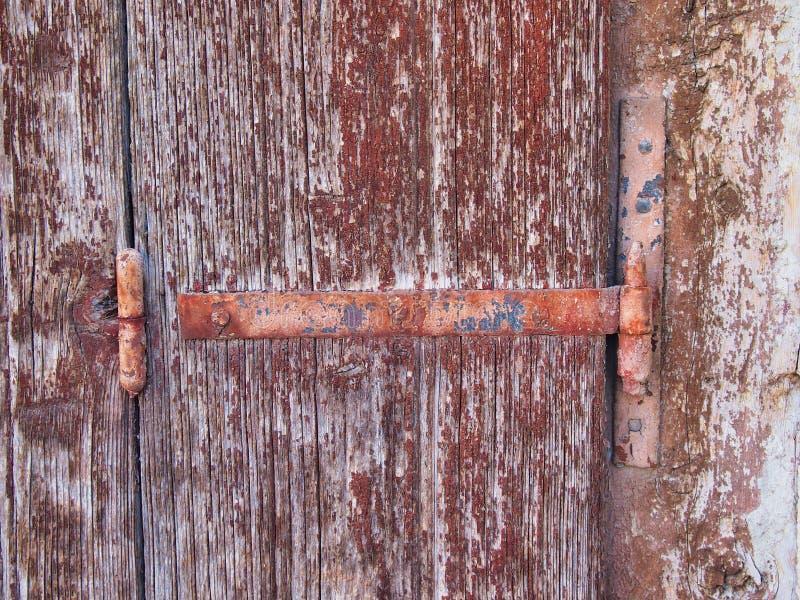 Dobradiça oxidada do metal no obturador de madeira de lasca fotos de stock royalty free