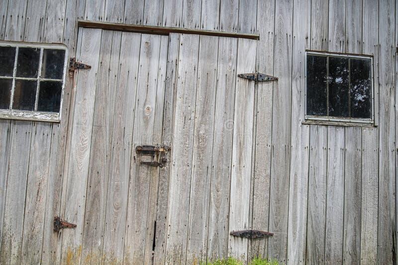 Dobradiças de porta resistidas do celeiro, trava, janelas, foto de stock royalty free