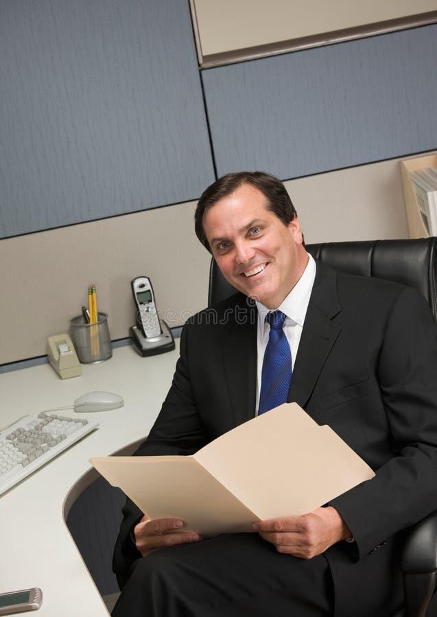 Dobrador de arquivo da terra arrendada do homem de negócios na mesa no compartimento fotos de stock royalty free