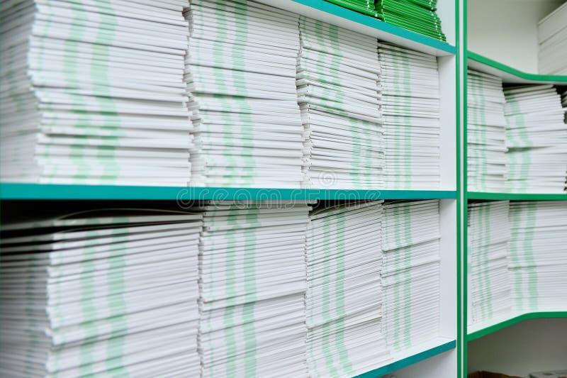 Dobradores com documentos na prateleira no escritório Fundo do escritório fotos de stock royalty free