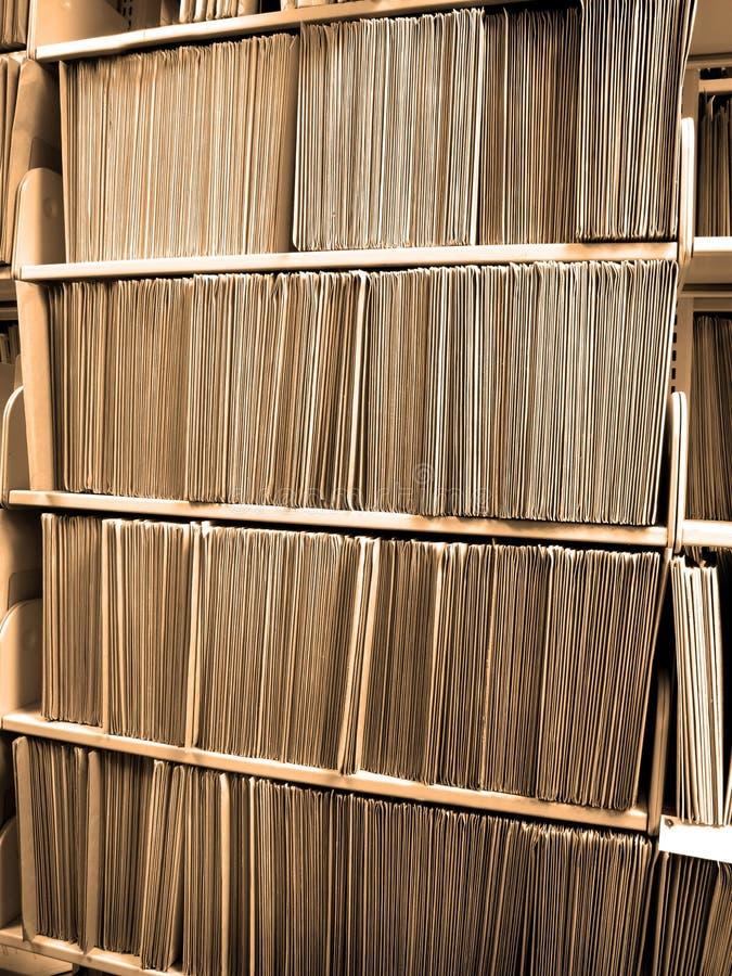 Dobradores de arquivo na prateleira fotografia de stock royalty free