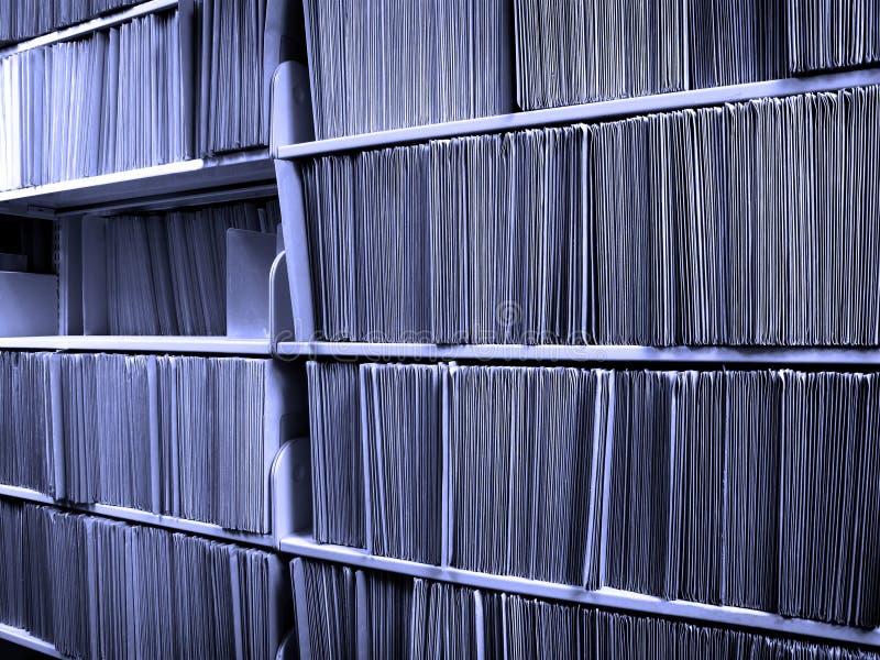 Dobradores de arquivo na prateleira imagens de stock royalty free