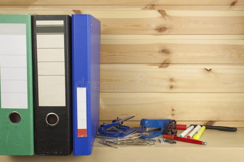 Dobradores, grampeadores e perfuradores de furo que encontram-se em uma prateleira fotografia de stock