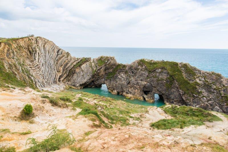Dobraduras da pedra calcária em penhascos e em Oceano Atlântico de giz do furo da escada imagem de stock royalty free