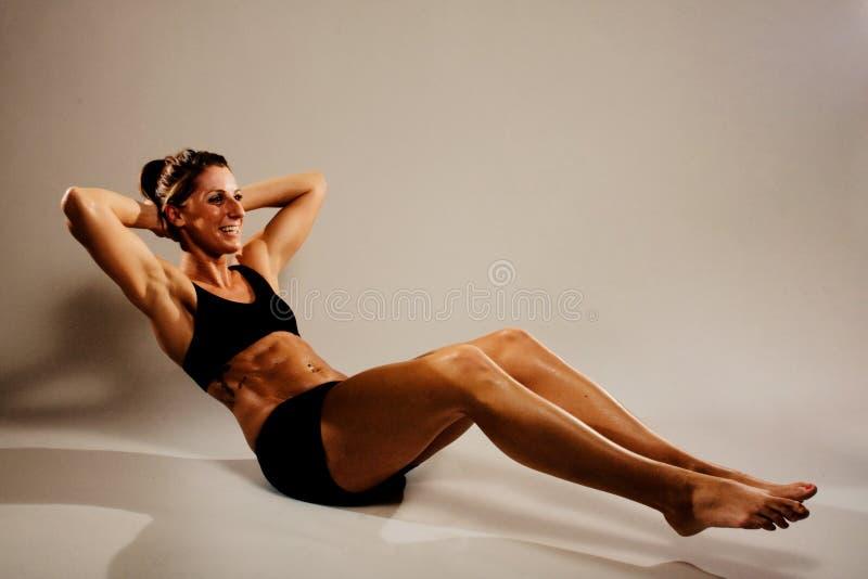 Dobramento saudável da mulher da aptidão fotos de stock
