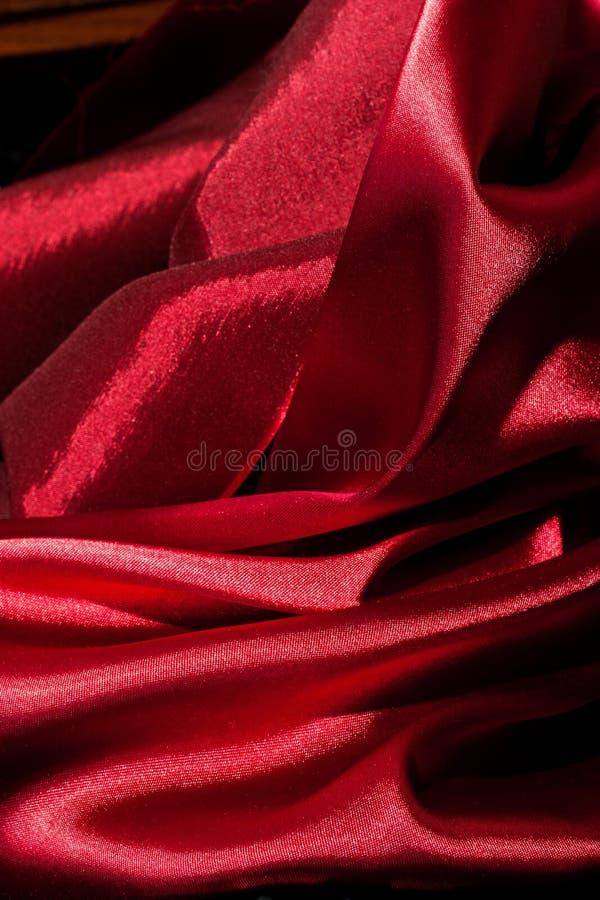 Dobras vermelhas brilhantes da tela fotografia de stock royalty free