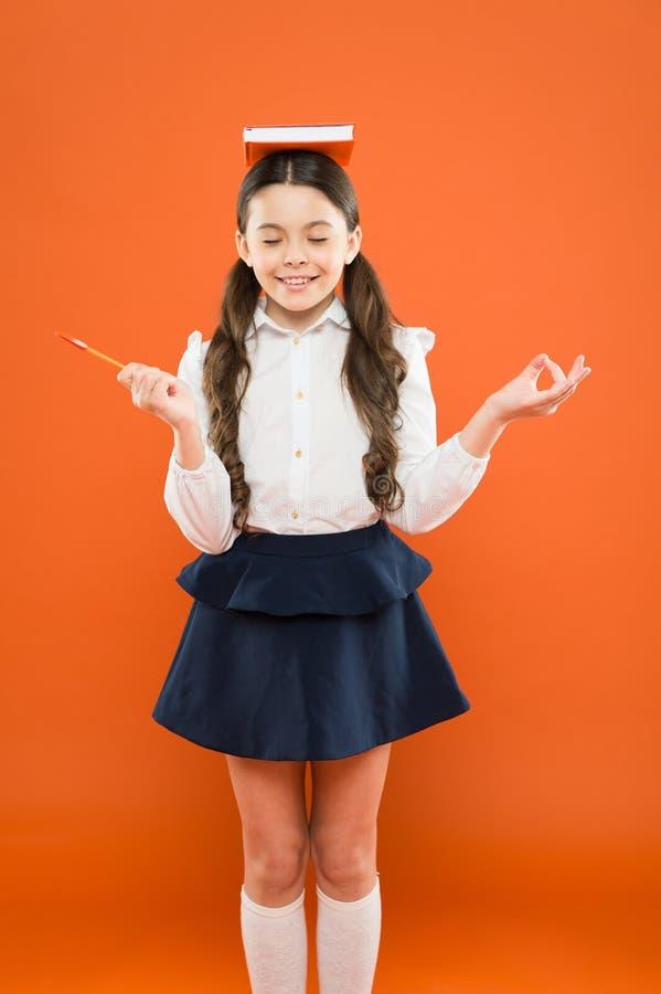 dobre wibracje Dziewczyny dziecka chwyta książka Szkolny dziewczyny studiowania podręcznik Dzieciaka mundurka szkolnego chwyta ks obrazy stock