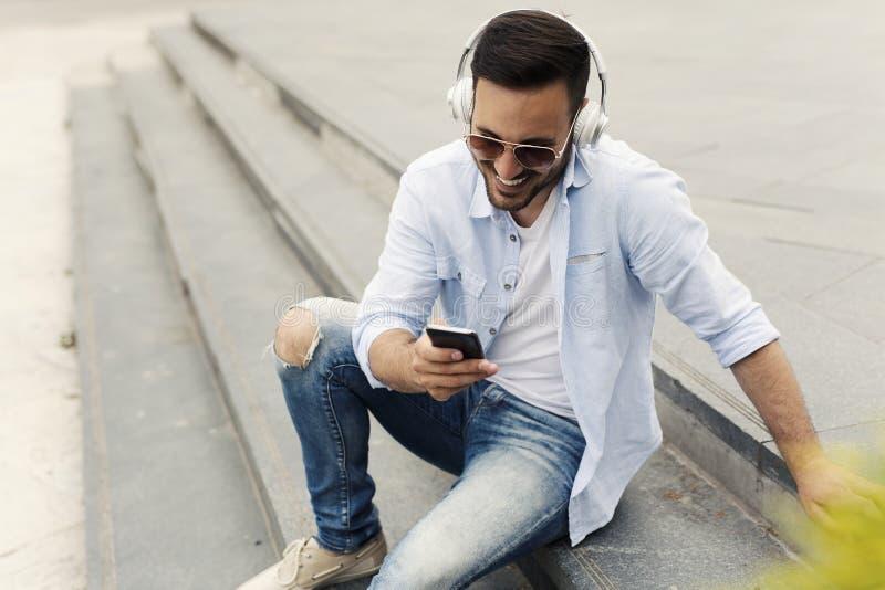 Dobrego przyglądającego mężczyzna słuchająca muzyka obraz royalty free