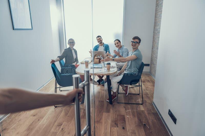Dobroduszni koledzy czeka męskiego partnera w workroom fotografia royalty free