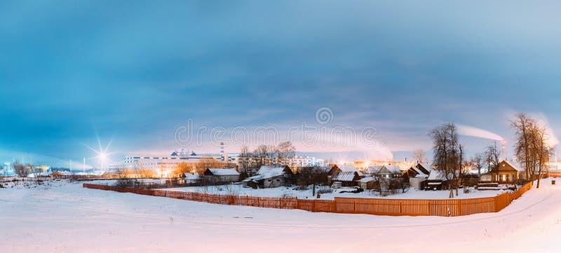 Dobrush, Λευκορωσία Τοπίο με τα παλαιά σπίτια στο υπόβαθρο ενός εργοστασίου εγγράφου στοκ φωτογραφία με δικαίωμα ελεύθερης χρήσης
