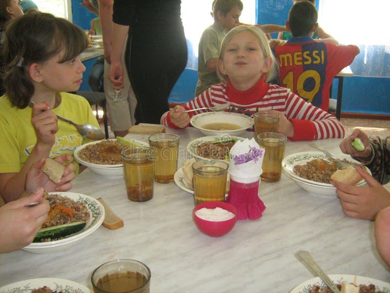 Dobry apetyt dla dzieci w obozie letnim, relaksuje wpólnie i je obiad obrazy stock