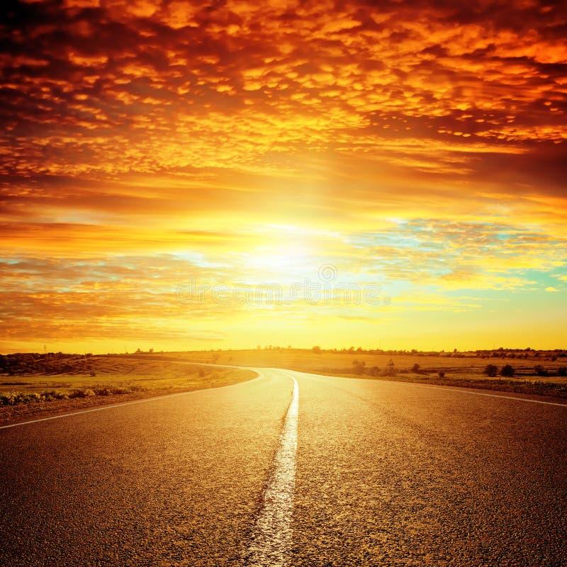 Dobry czerwony zmierzch i asfaltowa droga zdjęcie stock