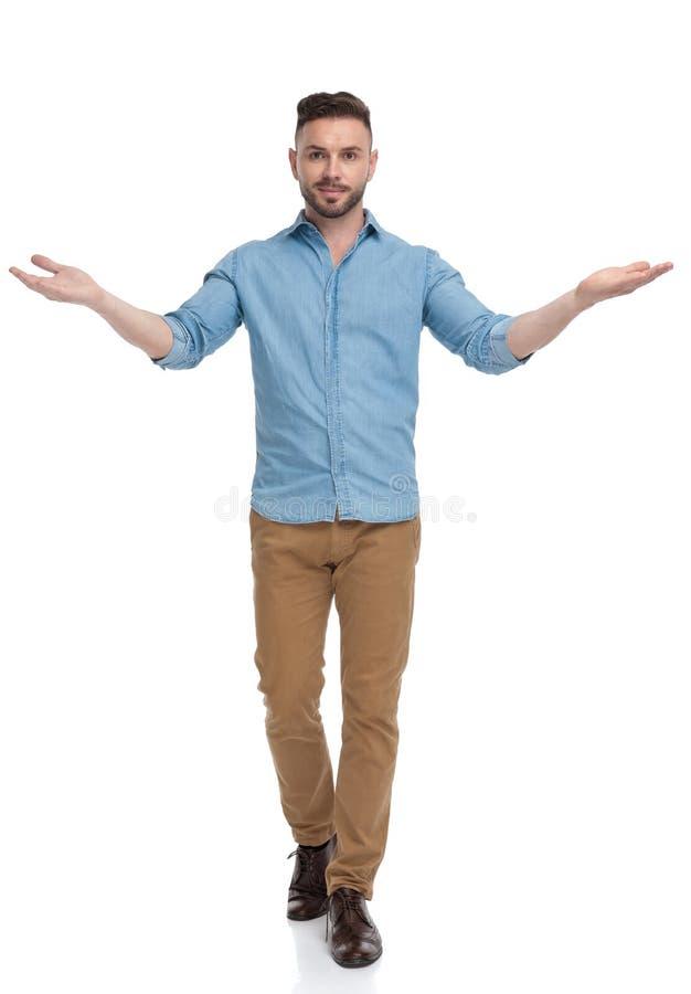 Dobry dżentelmen chodzący i witający uprzejmie z oboma rękami zdjęcie royalty free