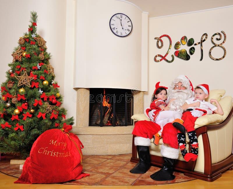 Dobry nowego roku duch: Choinka, prezent torba, graba i dekoracja, Santa i dwa dzieciaka obrazy royalty free