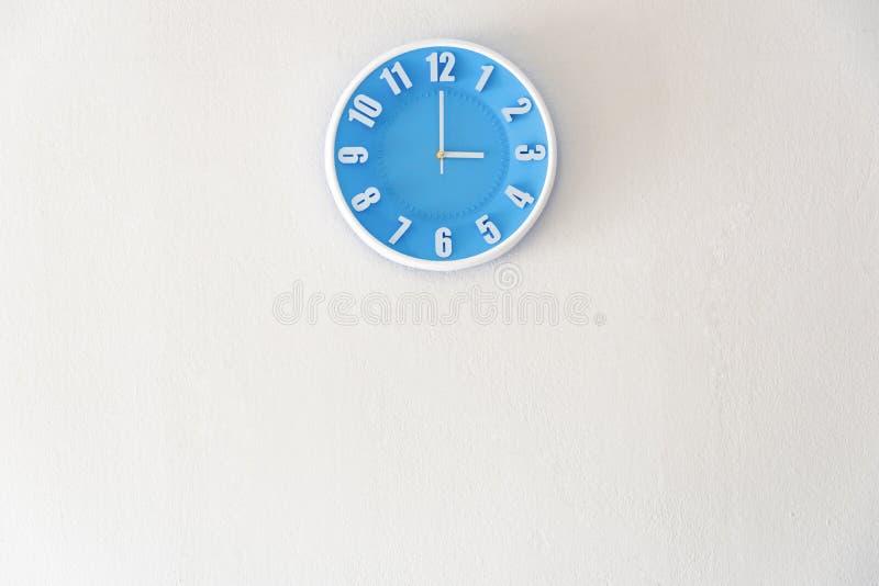 Dobry popołudnie po północy z 3:00 zegarem na białym concre lub fotografia royalty free