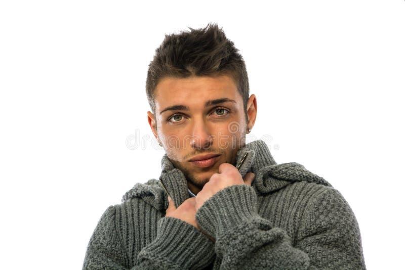 Dobry przyglądający młody człowiek jest ubranym zimy hoodie pulower zdjęcia royalty free