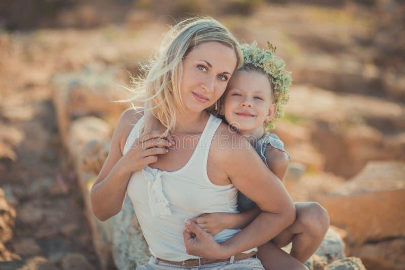 dobrze, rodzinnej zabawy na zewnątrz Portret urocza matka i śliczna ładna córka cieszy się czas wpólnie w antycznego miasta ston zdjęcie royalty free