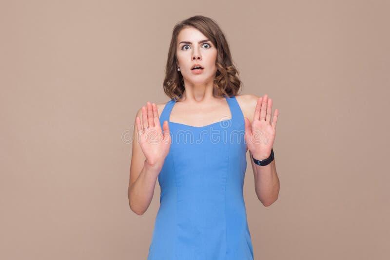 Dobrze ubierający kobiet spojrzenia przy kamerą z horrorem w jego one przyglądają się obraz stock
