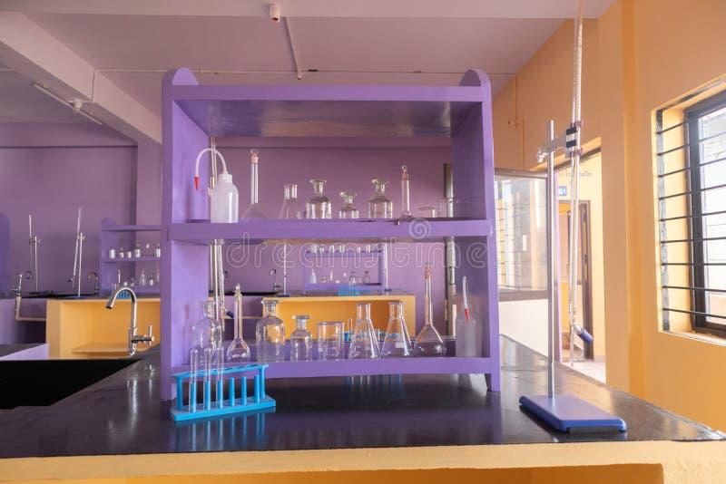 Dobrze układający lab glassware przy Opróżniałam nauki laboratorium wnętrzem w kolegium fotografia stock