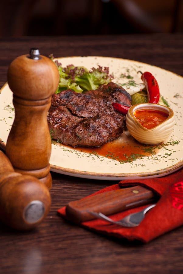 Dobrze wykonany stek z suace i vagetables Karmowa fotografia dla restauracyjnego menu zdjęcie stock