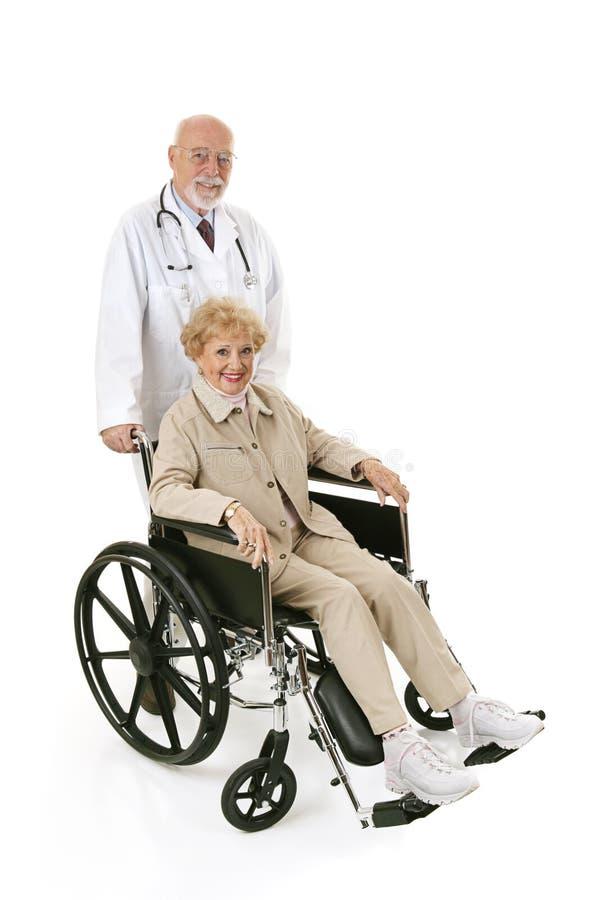 doc-pensionärrullstol royaltyfri bild