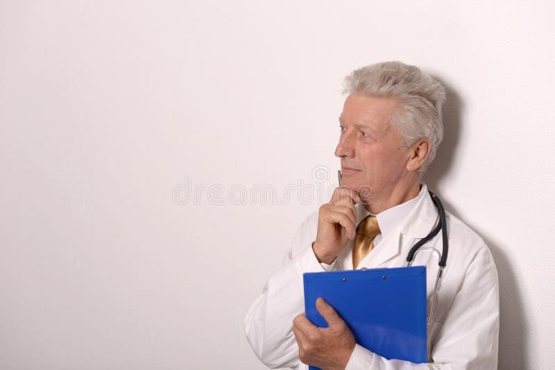 Doc. sérieux dans un manteau blanc image stock