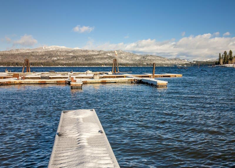 Doc.s de bateau couverts de neige à un lac idaho photographie stock libre de droits