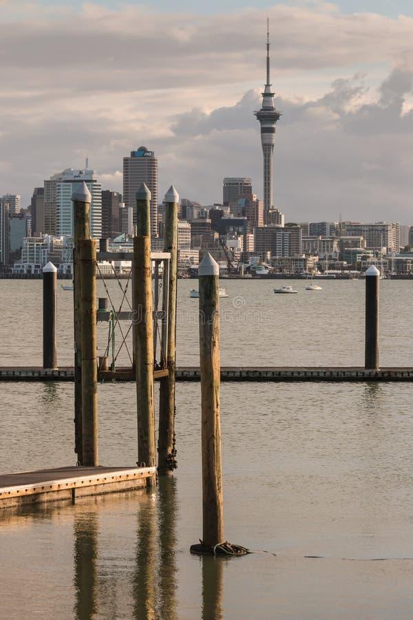 Doca de flutuação no porto de Auckland imagem de stock