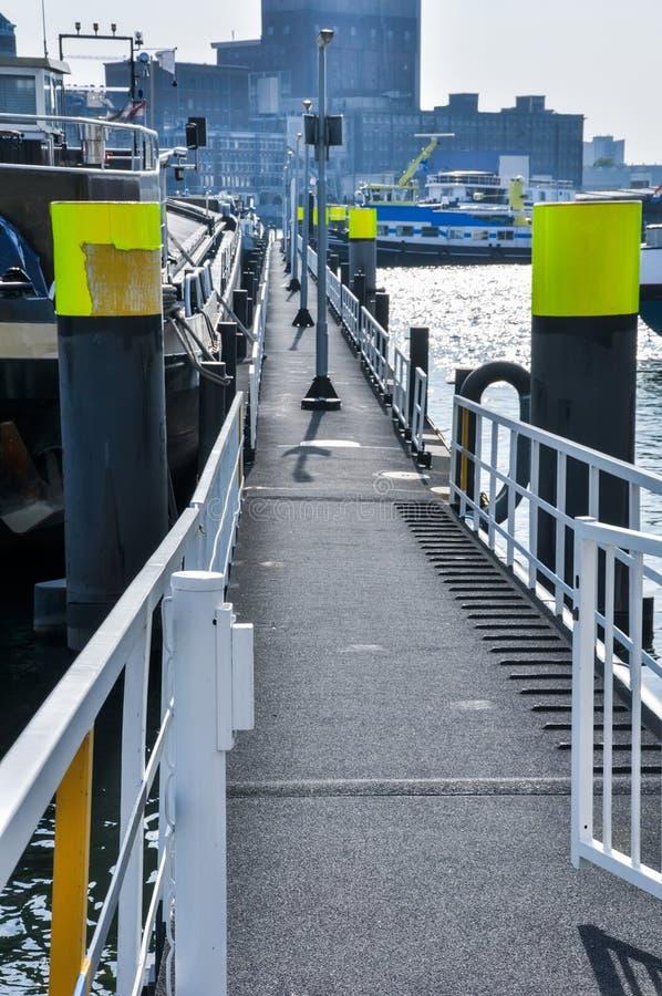 Doca de flutuação no rio de Mosa em Rotterdam imagens de stock