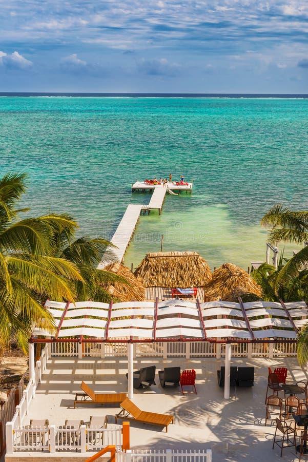 Doca de madeira e vista para o mar do cais no calafate Belize as Caraíbas de Caye imagem de stock royalty free