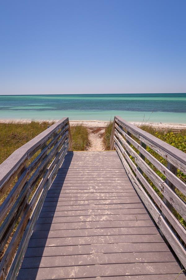 Doca de madeira em uma praia nas chaves imagens de stock royalty free