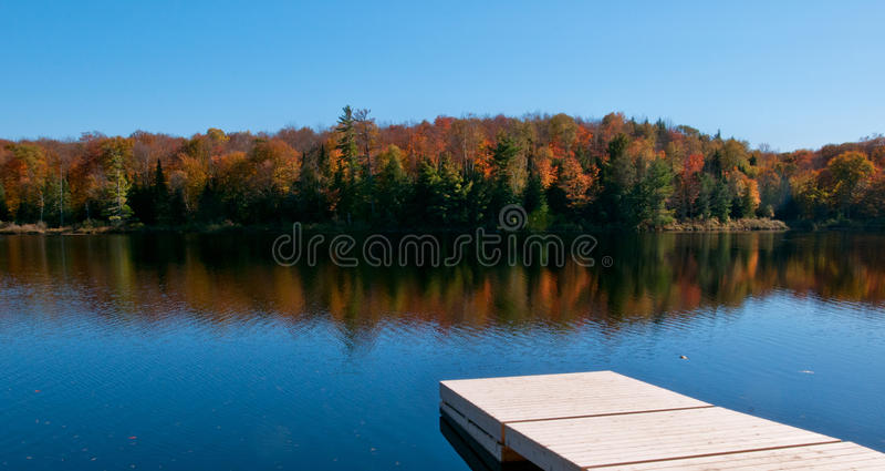 Doca de madeira no lago do outono fotografia de stock