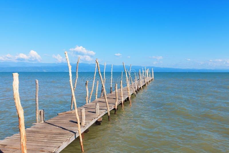 Doca de madeira velha do barco, saindo distante ao mar. imagens de stock royalty free
