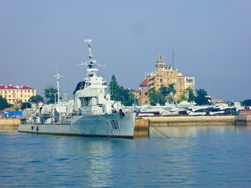 Doca de Qingdao perto do museu naval fotografia de stock
