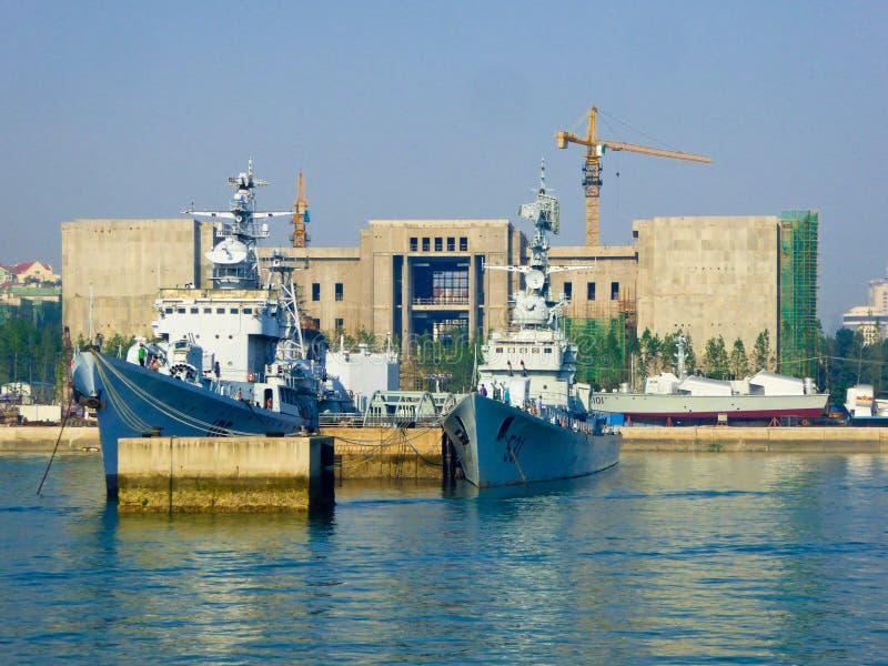 Doca de Qingdao perto do museu naval imagens de stock