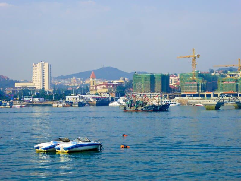 Doca de Qingdao perto do museu naval fotos de stock royalty free