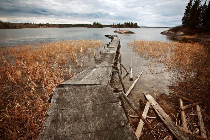 Doca dilapidada no lago de lingüeta em Manitoba do norte imagens de stock royalty free
