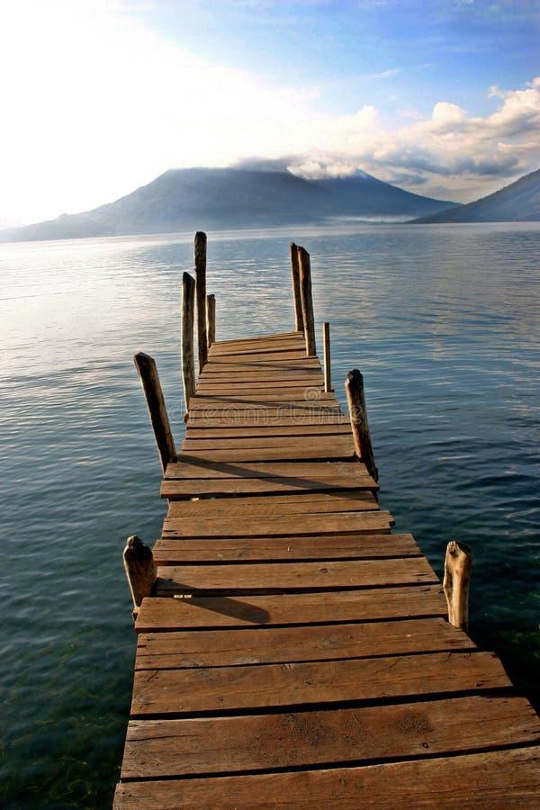 Doca do barco no lago com lago Atitlan do vulcão, Guat imagem de stock royalty free