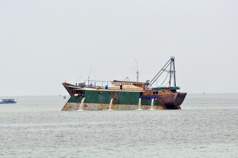 Doca do reparo do navio no mar foto de stock