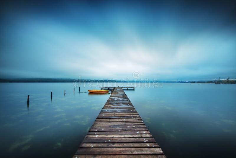 Doca e barco pequenos no lago fotos de stock royalty free