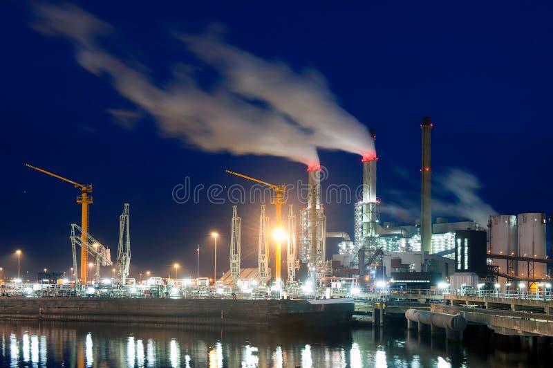 Doca e central energética na noite fotografia de stock royalty free