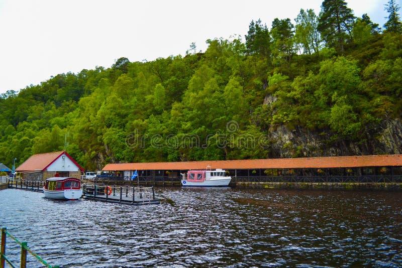 Doca no Loch Katrine Katrine Lake, montanhas, Escócia Beauti fotografia de stock royalty free
