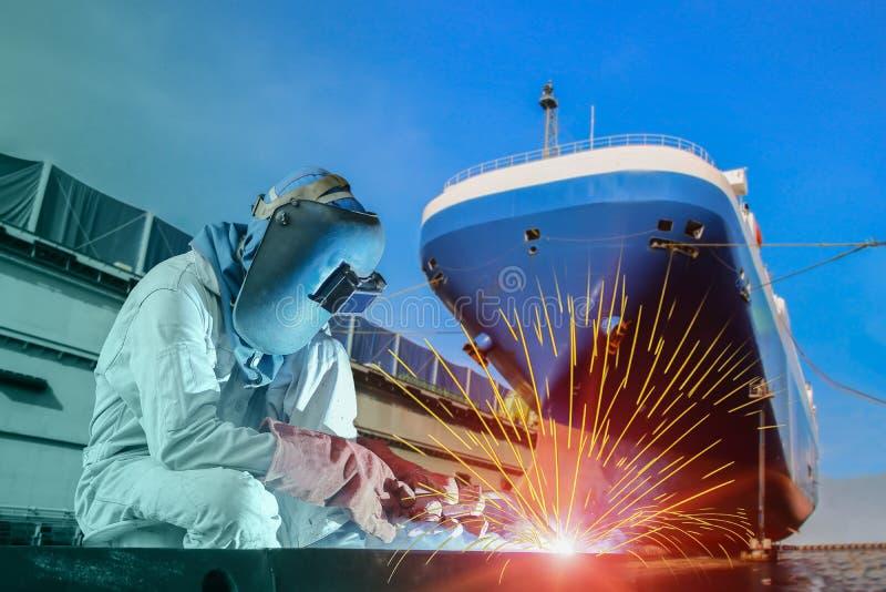 Doca seca de flutuação do trabalhador industrial para o reparo do navio no estaleiro foto de stock