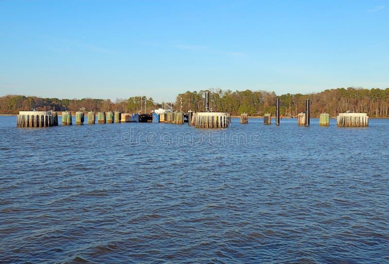 Docas de balsa de Jamestown-Escócia de James River fotografia de stock royalty free