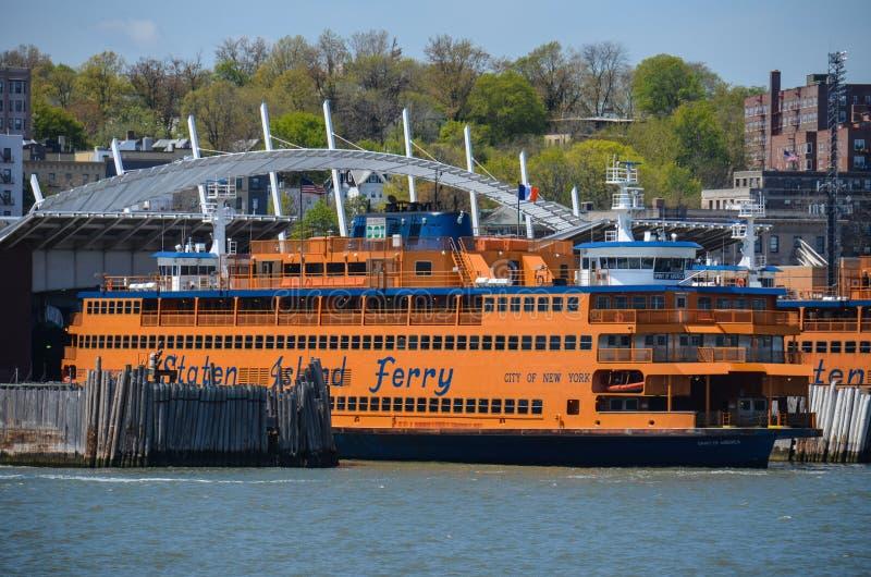 Docas de balsa terminais prontas para uma chegada de Staten Island Ferry em Staten Island New York na imagens de stock royalty free