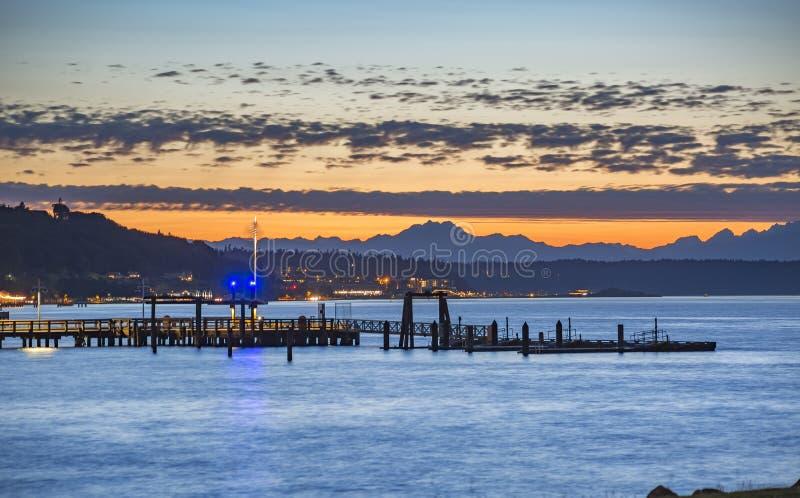 Docas de Tacoma no por do sol com as montanhas imagens de stock royalty free