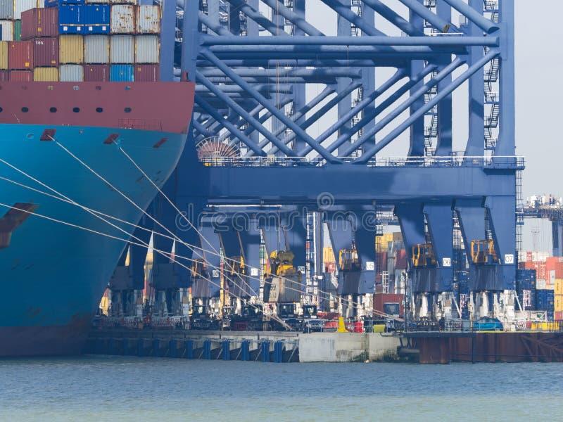 Docas do porto de Felixstowe e guindastes pesados fotografia de stock